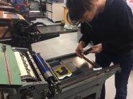 Het polymeerplaatje op de drukpers, goed vastschroeven.
